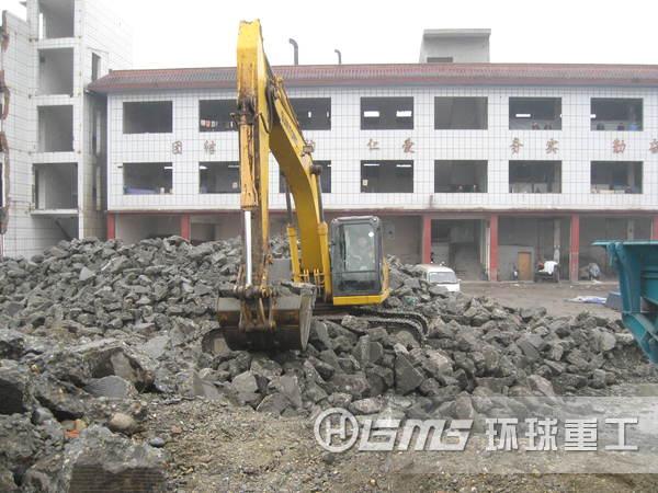 环保节能移动碎石机在沙石及建筑la圾破碎制造业盛xing